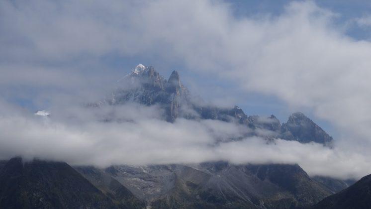 Aiguille du Dru, von Wolken umhüllt