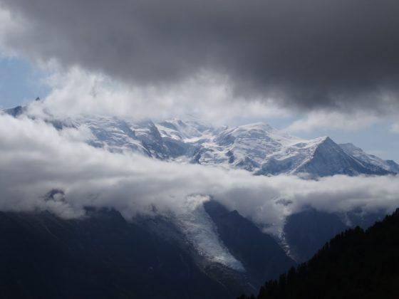Die Aiguilles von Chamonix in Wolken