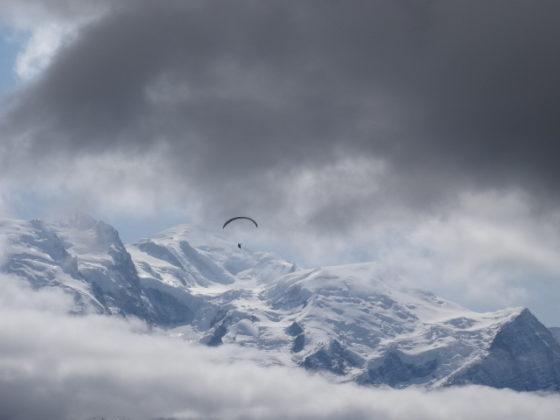 Paragleiter am Grand Balcon Sud, im Hintergrund die Aiguilles von Chamonix