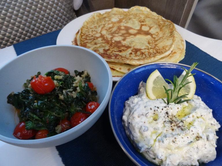 Herzhafte Pfannkuchen mit Spinat & Feta-Ricotta-Creme