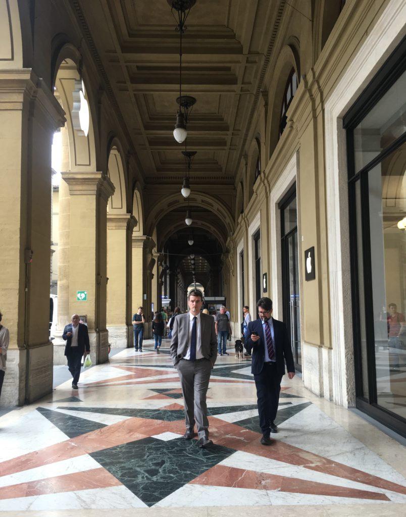 In den Arcaden der Piazza della Repubblicca