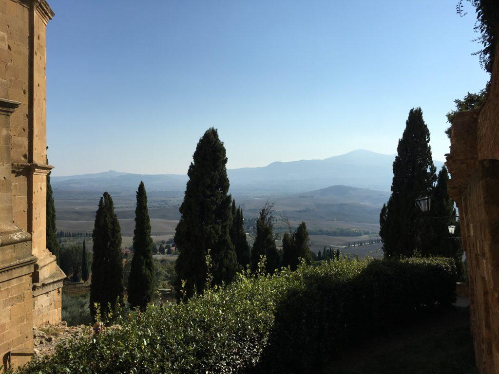 Blick ins Orcia-Tal. Links: der Dom von Pienza